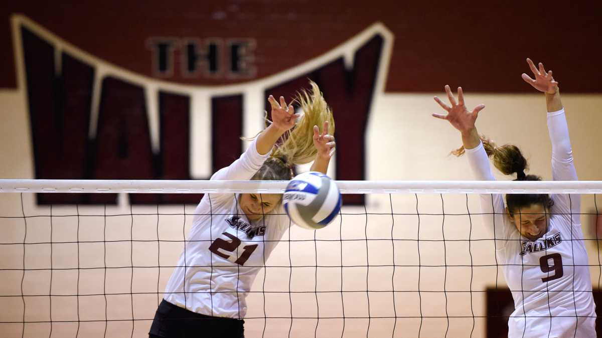 Junior middle hitter Alex Rosignol (21) and junior outside hitter Andrea Estrada go for a block during Loyola's 3-1 victory against the Salukis on Friday, Oct. 28, 2016, in Davies Gym. (Sean Carley | @SCarleyDE)