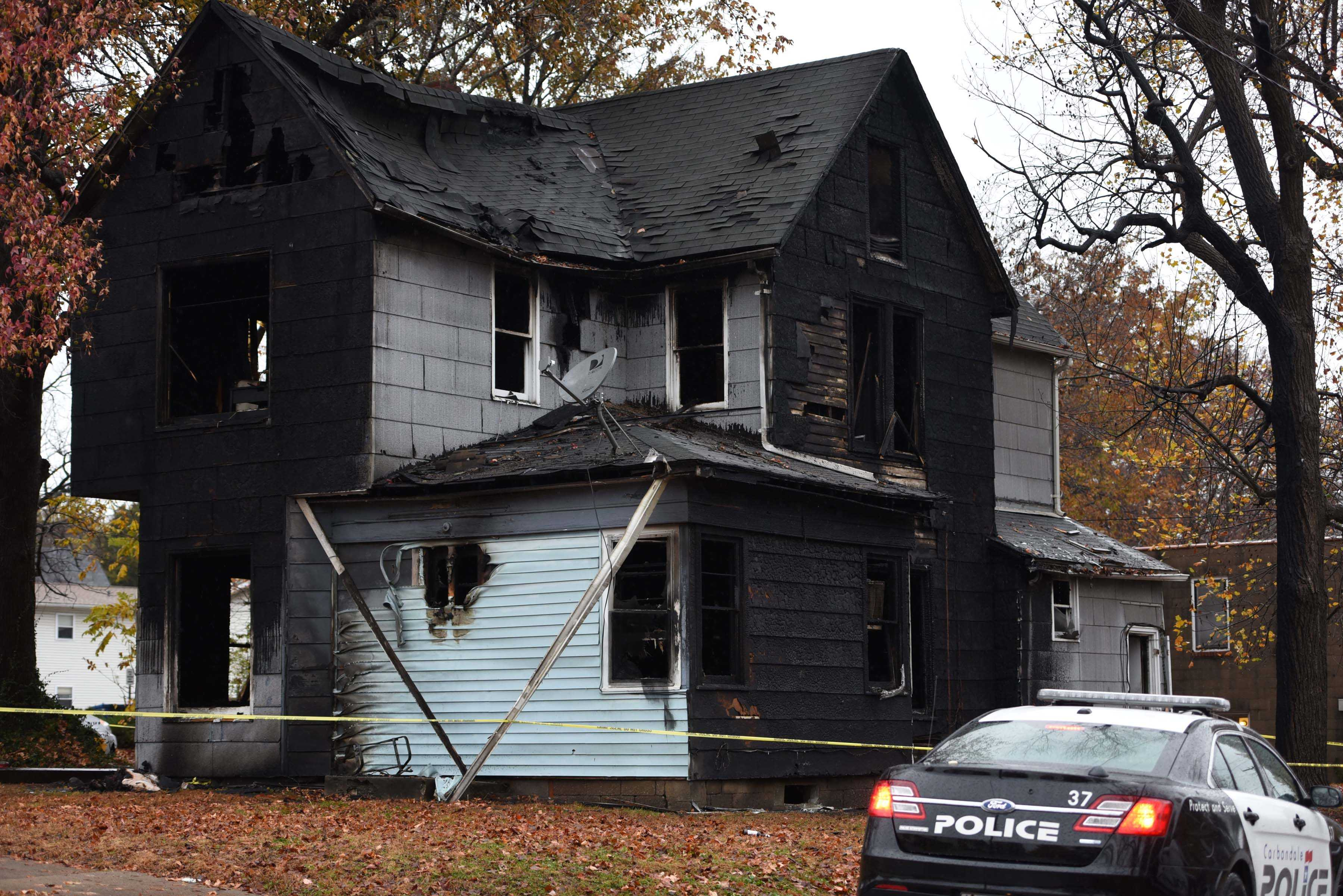 Authorities continue to investigate a fatal structure fire that killed an SIU student Wednesday, Nov. 23, 2016, in the 700 block of West Freeman Street in Carbondale. (Bill Lukitsch | @lukitsbill)