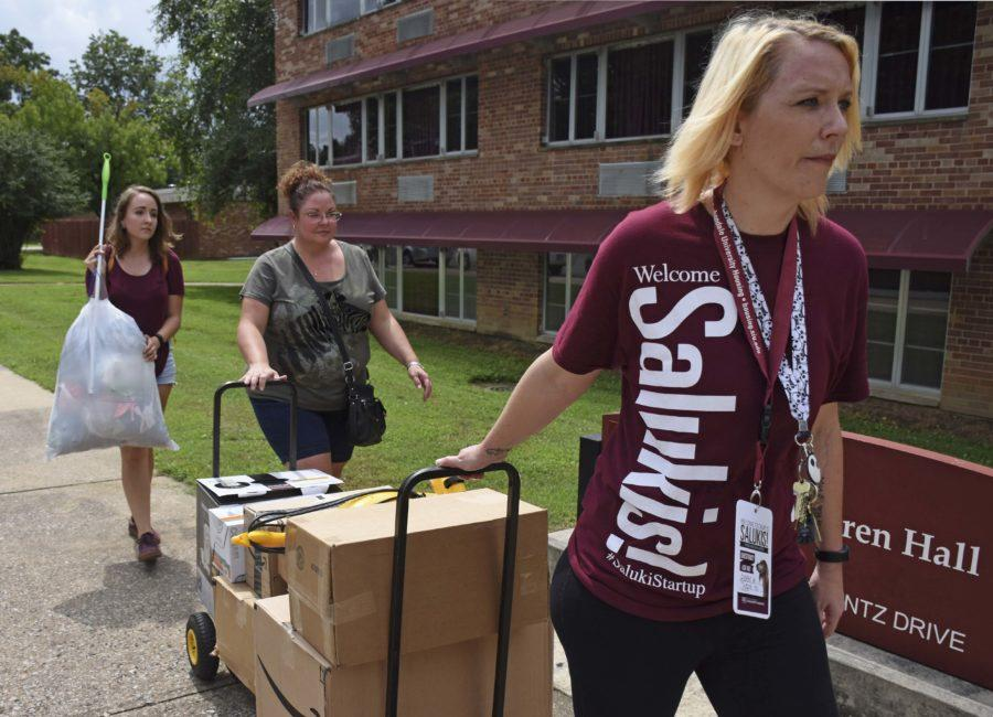 Kathy+Lenardt+and+her+daughter+Erica+Lenardt%2C+a+freshman+from+Macomb+studying+mortuary+science%2C+receive+help+from+a+Saluki+Startup+volunteer+Thursday%2C+Aug.+18%2C+2016%2C+while+they+move+into+Warren+Hall.+%28Athena+Chrysanthou+%7C+DailyEgyptian.com%29