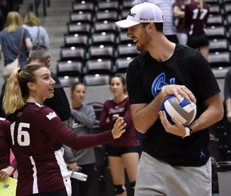 Senior setter Hannah Kaminsky shares a moment with her brother, Frank Kaminsky, on Saturday, Sept. 3, 2016, after SIU's 3-0 win against Western Michigan at SIU Arena. Frank is a member of the Charlotte Hornets in the NBA. (Athena Chrysanthou | @Chrysant1Athena)