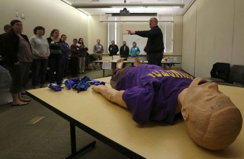 John Hinson, senior paramedic with the Seattle Fire Department, instructs students before they learn how to pack wounds and use tourniquets. (Alan Berner/Seattle Times/TNS)