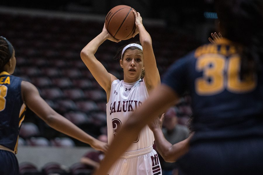 Junior+guard+Kylie+Giebelhausen+looks+to+make+a+pass+during+the+Salukis%27+70-63+win+against+Murray+State+on+Thursday%2C+Nov.+17%2C+2016%2C+at+SIU+Arena.+%28Jacob+Wiegand+%7C+%40jawiegandphoto%29