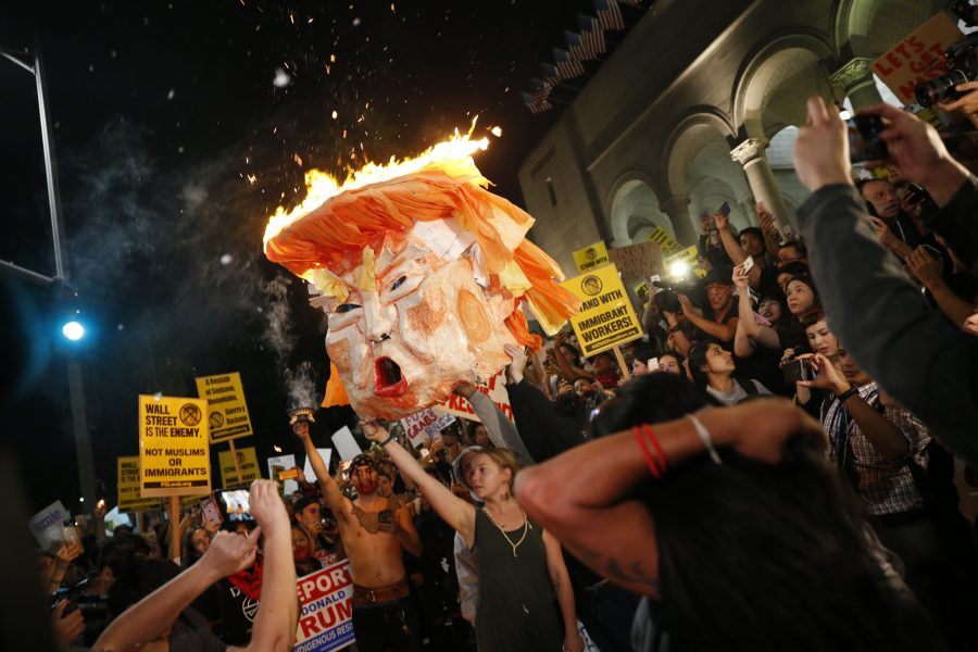Protesters+burn+an+effigy+of+Donald+Trump+outside+Los+Angeles+City+Hall+on+Wednesday%2C+Nov.+9%2C+2016.+%28Marcus+Yam%2FLos+Angeles+Times%2FTNS%29