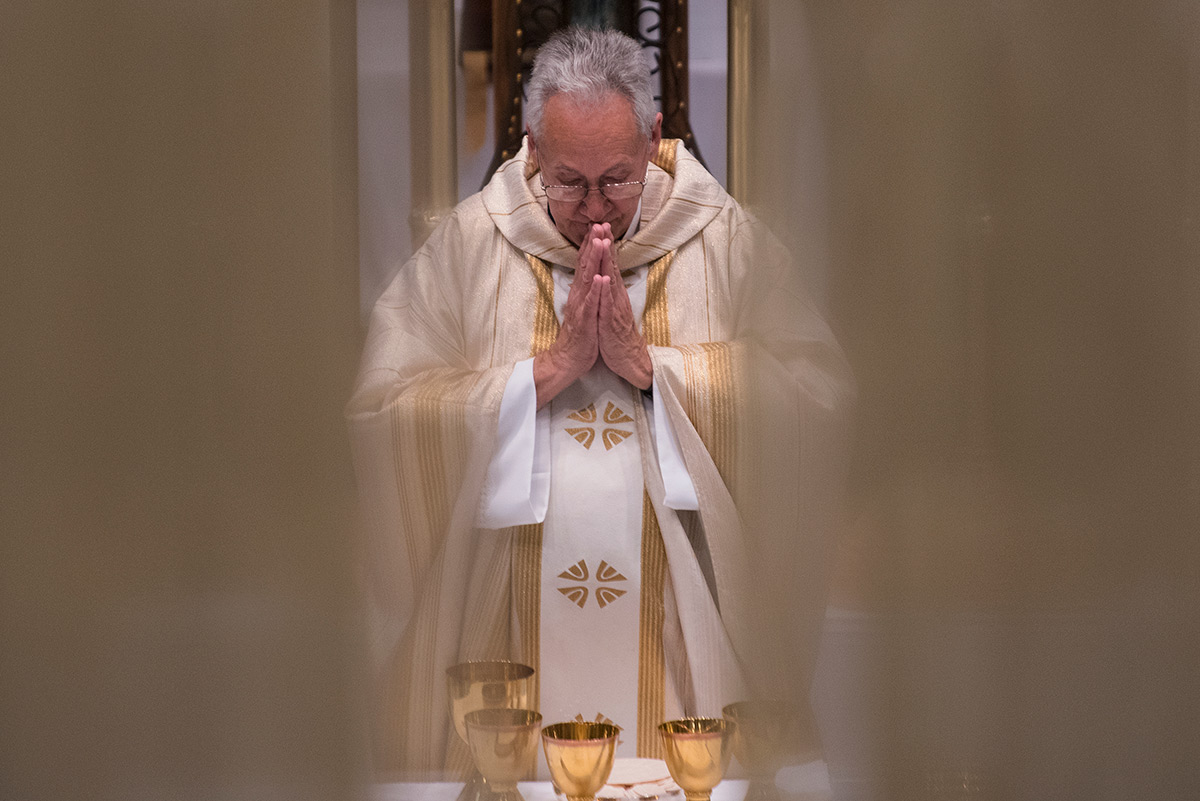 Monsignor+Ken+Schaefer+bows+his+head+while+he+says+Easter+Sunday+mass+April+16%2C+2017%2C+at+Our+Lady+of+Mount+Carmel+in+Herrin.+%28Jacob+Wiegand+%7C+%40jawiegandphoto%29