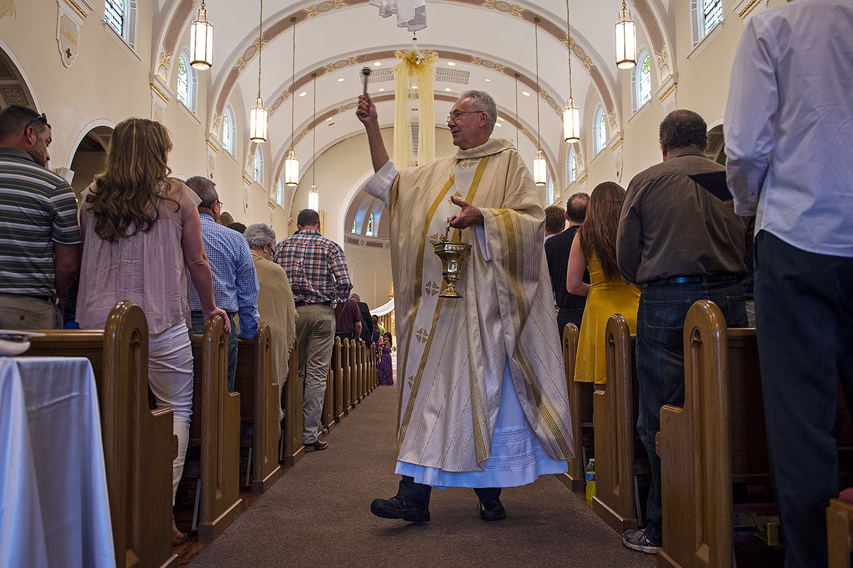 Monsignor+Ken+Schaefer+sprinkles+the+congregation+with+holy+water+during+Easter+Sunday+mass+April+16%2C+2017%2C+at+Our+Lady+of+Mount+Carmel+in+Herrin.+%28Jacob+Wiegand+%7C+%40jawiegandphoto%29