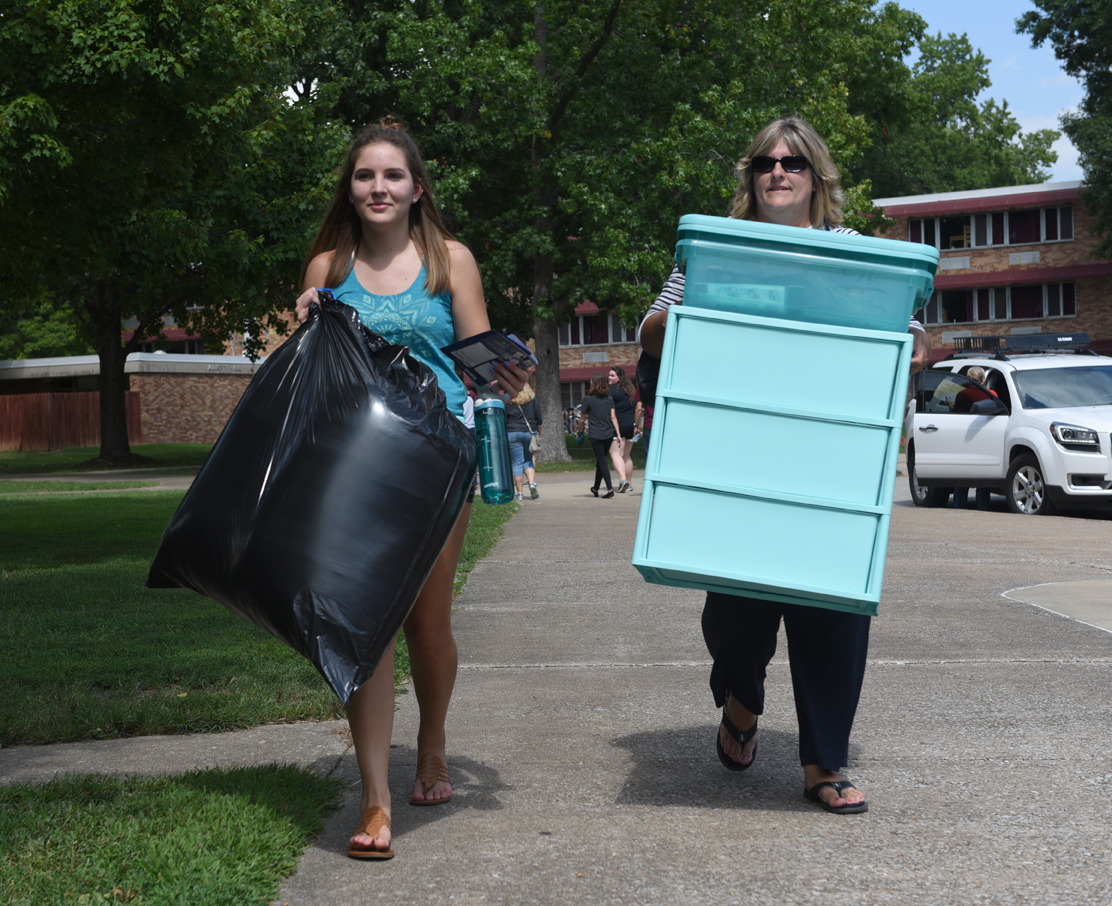 Abby+Kuhn%2C+a+freshman+from+Oconee+studying+radiological+sciences+and+her+mom%2C+Kellie+Kuhn%2C+move+belongings+Wednesday%2C+Aug.+16%2C+2017%2C+into+Warren+Hall.+%28Athena+Chrysanthou+%7C+%40Chrysant1Athena%29