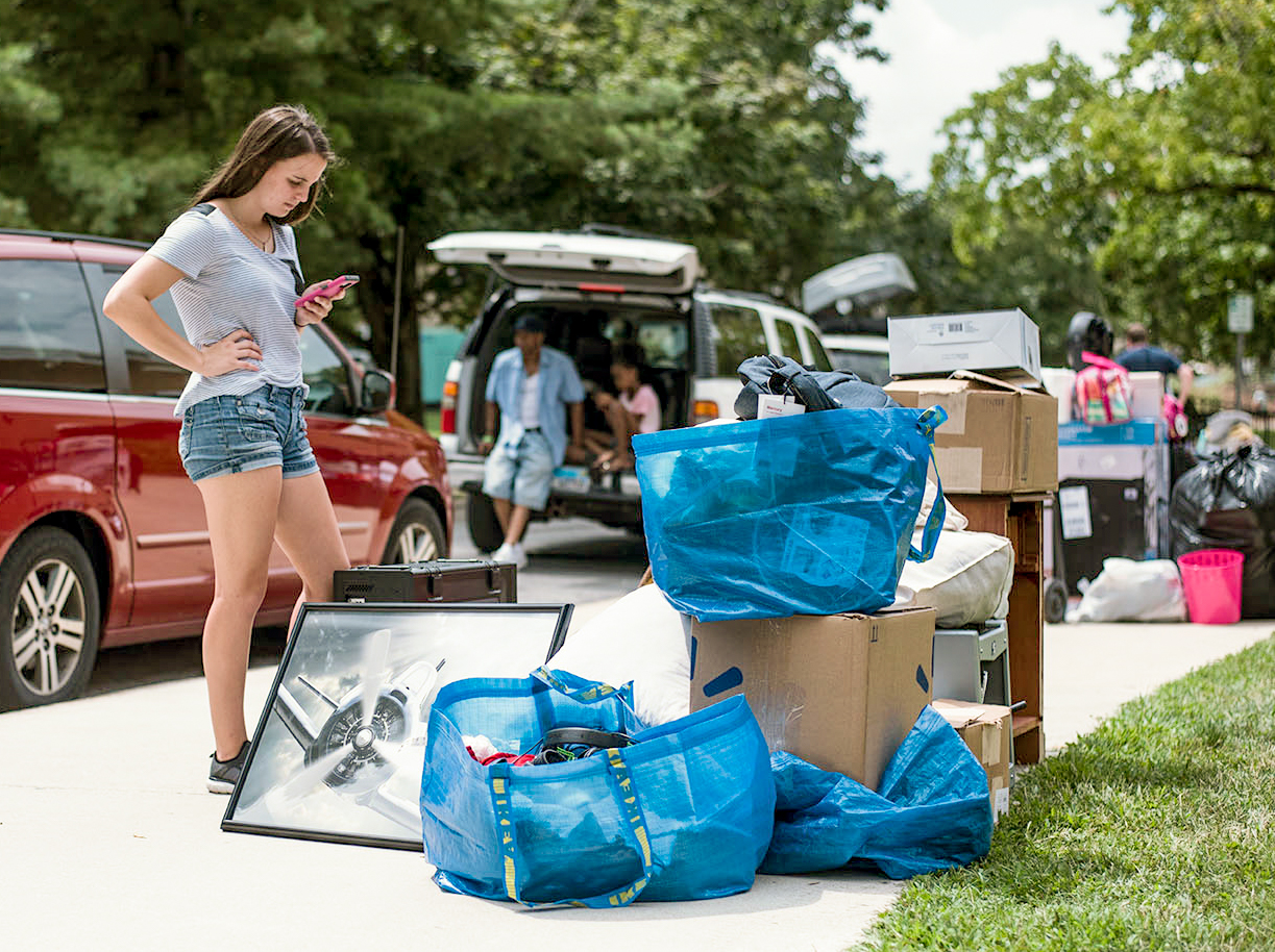 Morgan+Wilson%2C+of+Carbondale%2C+watches+a+pile+of+items+belonging+to+her+boyfriend%2C+an+incoming+freshman+studying+aviation+mechanics+on+Wednesday+August+16%2C+2017%2C+outside+Mae+Smith+Hall+while+many+students+and+their+families+lined+up+to+obtain+loading+carts.+%28William+Cooley+%7C+%40Wcooley1980%29