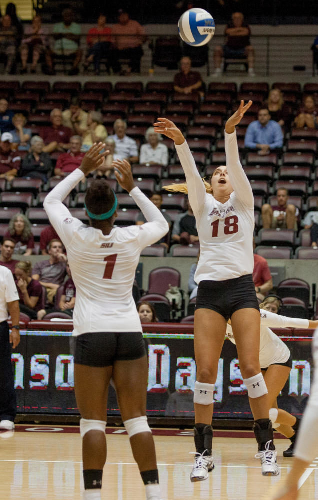 Sophomore+setter+Alayna+Martin%2C+18%2C+passes+ball+to+Senior+middle+hitter+Kolby%0AMeeks%2C+1%2C+Tuesday%2C+Aug.+29%2C+2017%2C+during+the+Saluki+Women%E2%80%99s+Volleyball+home+opener+at+SIU+Arena.+The+Salukis+fell+to+Arkansas+State+University+in+the+final+set%2C+22-25.+%28Mary+Newman+%7C%0A%40MaryNewmanDE%29