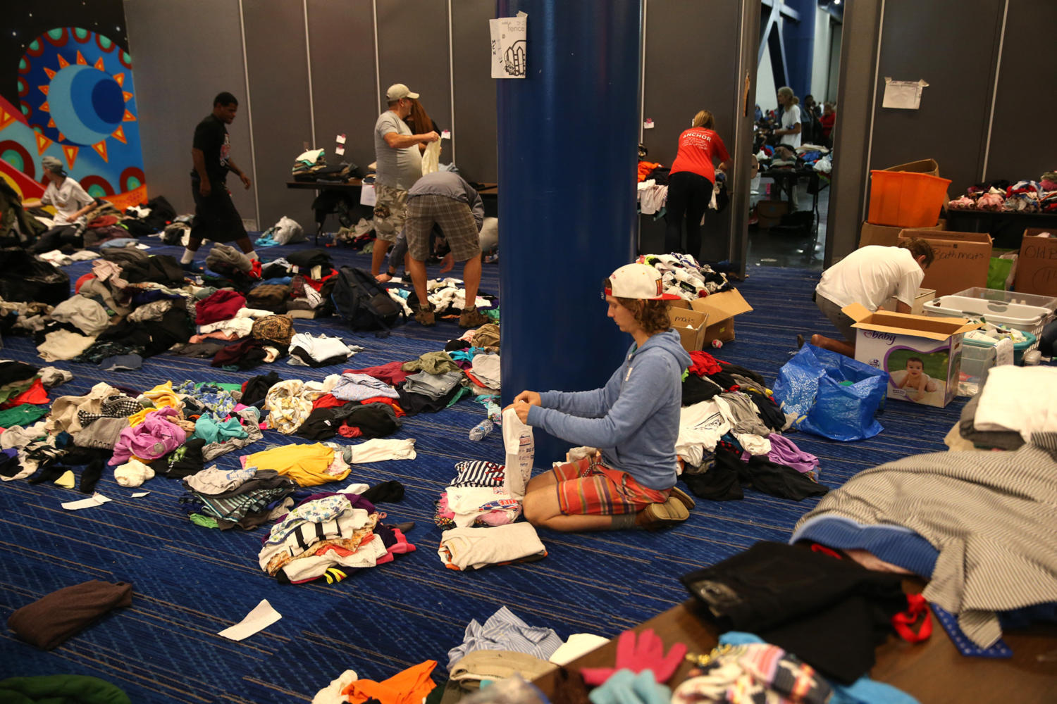 Volunteers+sort+donated+clothes+as+more+than+9%2C000+and+counting+have+gathered+at+the+downtown+evacuation+center+at+the+George+R.+Brown+Convention+Center+on+Tuesday%2C+Aug.+29%2C+2017+in+Houston%2C+Texas.+%28Robert+Gauthier%2FLos+Angeles+Times%29