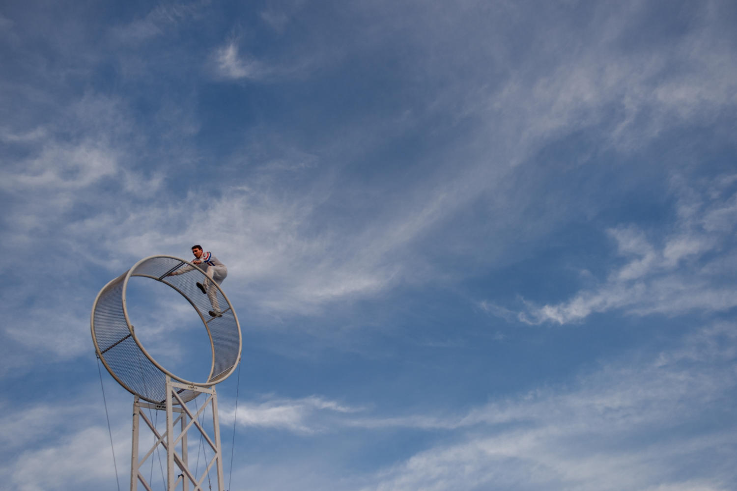 Photo of the Day: Daredevil defies dangerous heights
