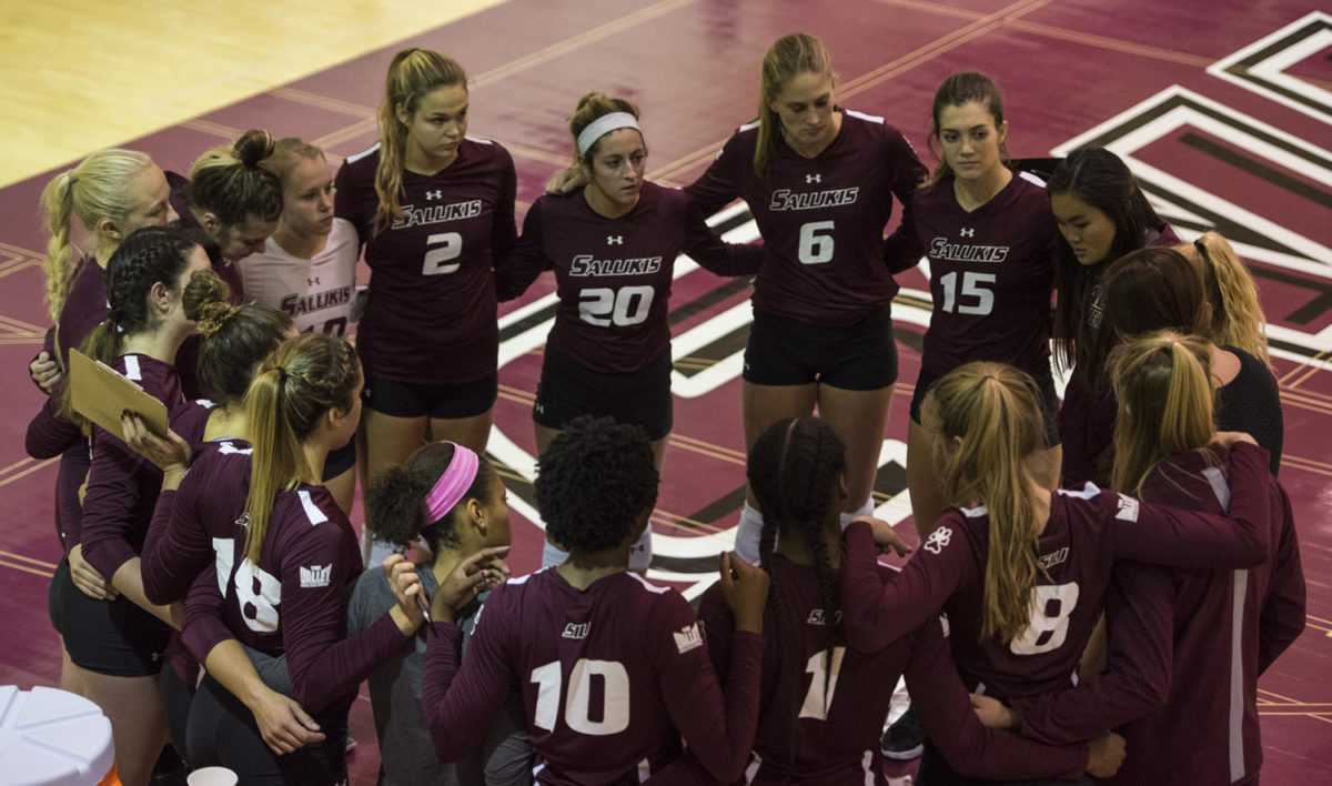 The+SIU+volleyball+team+listen+to+coach+Kari+Thompson+Saturday%2C+Sept.+30%2C+2017%2C+during+the+Salukis%E2%80%99+4-1+loss+to+the+University+of+Indiana+Sycamores+at+Davies+Gym.+%28Auston+Mahan+%7C+%40MahanAuston_DE%29
