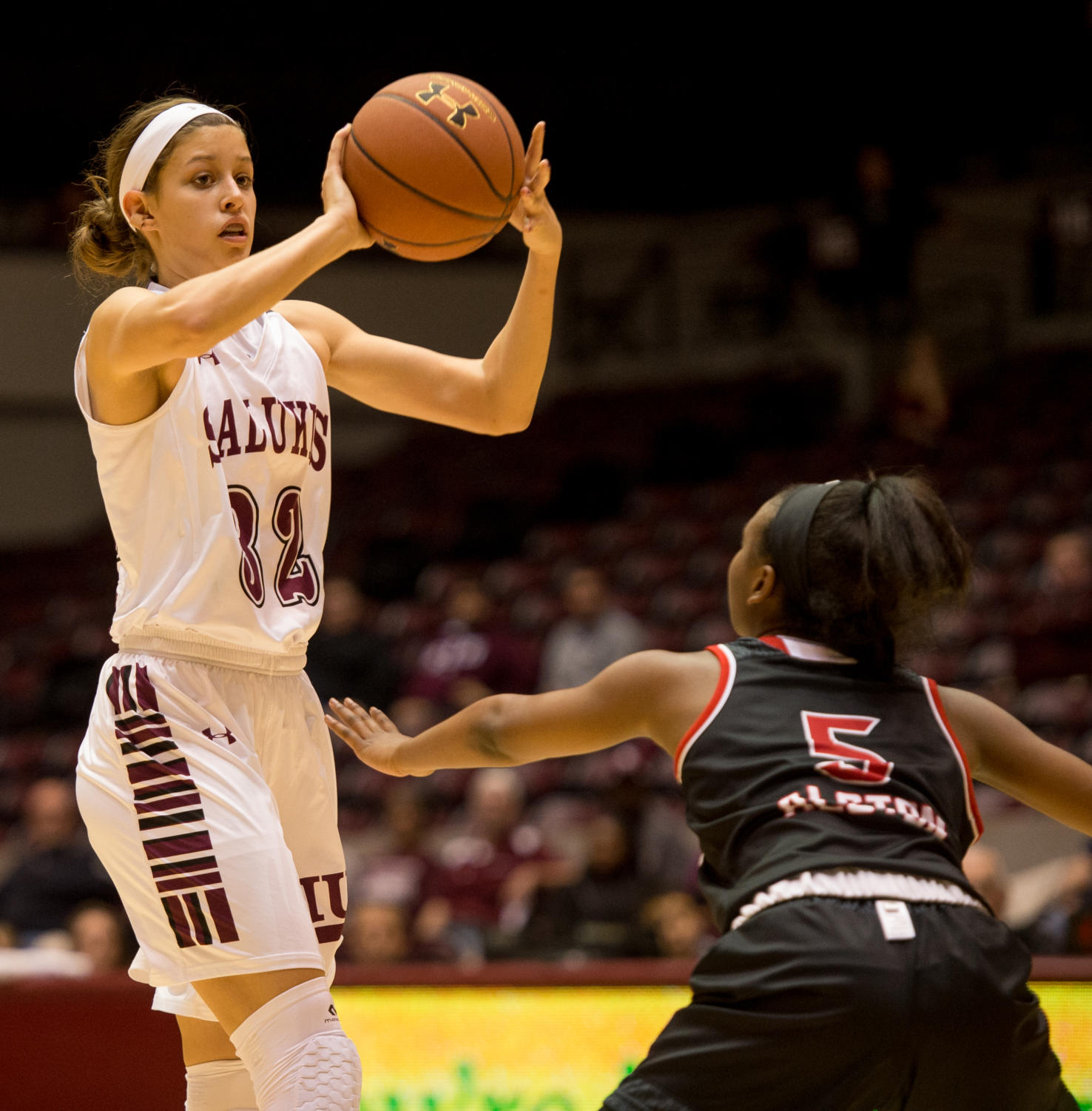Senior+guard+Kylie+Giebelhausen+defends+the+ball+from+SIUE%27s+Jay%27Nee+Alston+Monday%2C+Nov.+27%2C+2017%2C+during+the+Salukis%27+57-53+loss+to+the+SIU+Edwardsville+Cougars+at+SIU+Arena.+%28Brian+Mu%C3%B1oz+%7C+%40BrianMMunoz%29