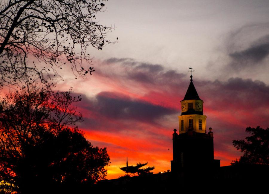 The+sunset+illuminates+Pulliam+Hall+with+warm+light+Sunday%2C+Nov.+26%2C+2017%2C+at+Southern+Illinois+University+in+Carbondale.+%28Brian+Mu%C2%96noz+%7C+%40BrianMMunoz%29