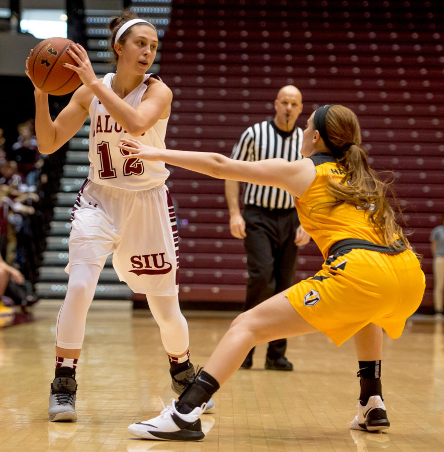 Freshman+guard+Makenzie+Silvey+looks+to+pass+the+ball+Sunday%2C+Jan.+21%2C+2018%2C+during+the+Salukis%27+74-63+victory+over+the+Valparaiso+University+Crusaders+at+SIU+Arena.+%28Brian+Mu%C2%96oz+%7C+%40BrianMMunoz%29