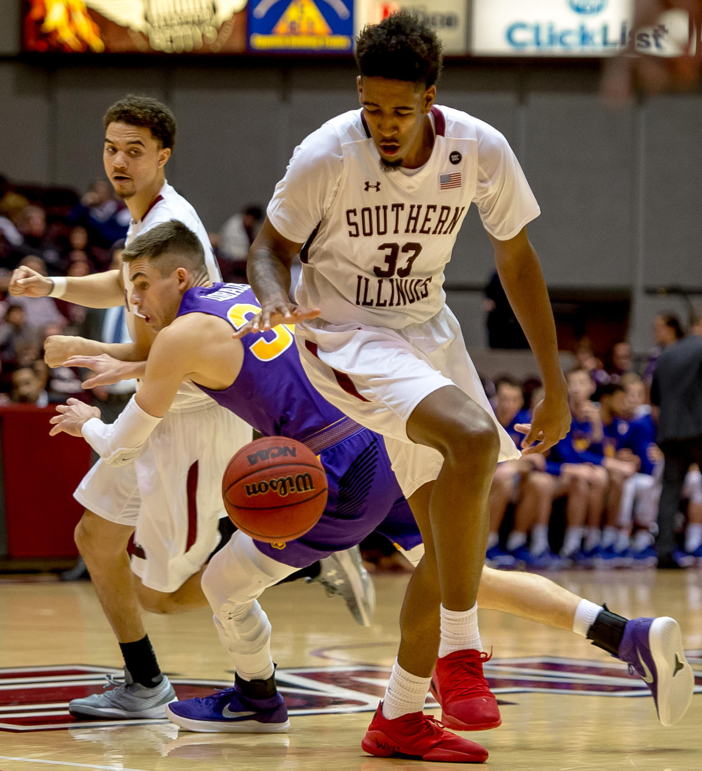 Junior+center+Kavion+Pippen+dribbles+the+ball+behind+his+legs+Sunday%2C+Jan.+21%2C+2018%2C+during+the+Salukis%27+64-53+victory+over+the+University+of+Northern+Iowa+Panthers+at+SIU+Arena.+%28Brian+Munoz+%7C+%40BrianMMunoz%29