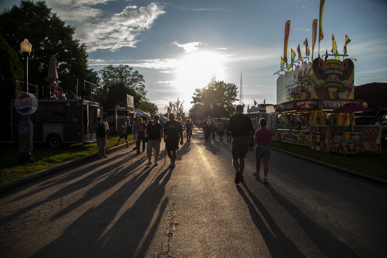 Patrons+of+the+Du+Quoin+State+Fair+roam+the+street+lined+with+vendors+Friday%2C+Aug.+31%2C+2018.+%28Mary+Barnhart+%7C+%40MaryBarnhartDE%29