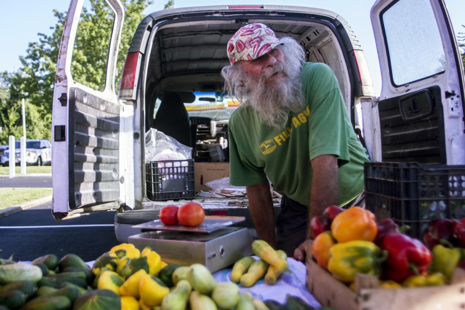 Steven Smith, tends to his stand during the market, Saturday, Sept. 1, 2018 at the Carbondale Farmers Market. (Isabel Miller | @IsabelMillerDE)
