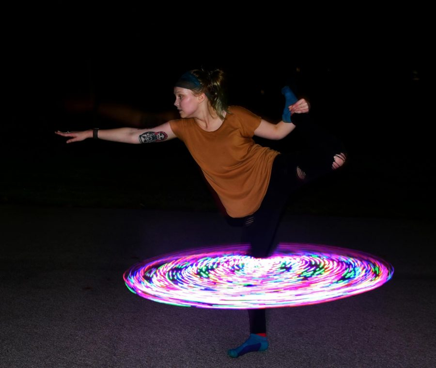 Junior%2C+Alyssa+Weimer%2C+20%2C+of+Algonquin%2C+studying+art+education%2C+spins+a+glowing+hoop+around+her+leg%2C+Sept.+27%2C+2018.+%28Chase+Jordan+%7C+%40chasejordande%29