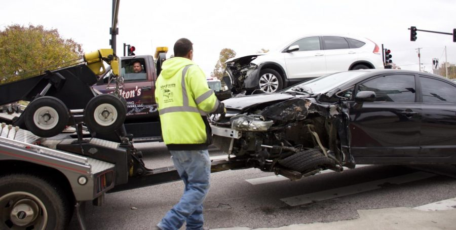 Tow+truck+drivers+move+vehicles+involved+in+a+collision+Monday%2C+Nov.+5%2C+2018%2C+at+the+intersection+of+S.+Illinois+Avenue+and+Mill+Street+in+Carbondale.+%28Joey+Sears+%7C+%40Joey_Sears10%29