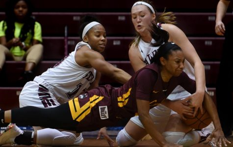 Women's basketball scratches out win in Chicago, sweeps Loyola