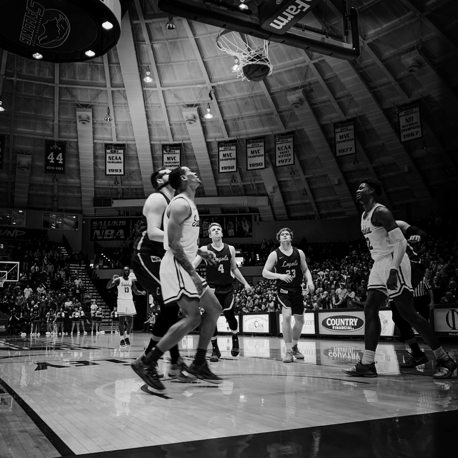 The+teams+watch+a+basket+on+Sunday%2C+Feb.+24%2C+2019%2C+during+a+matchup+between+the+Southern+Illinois+Salukis+and+the+Loyola+Ramblers+at+SIU+Arena.