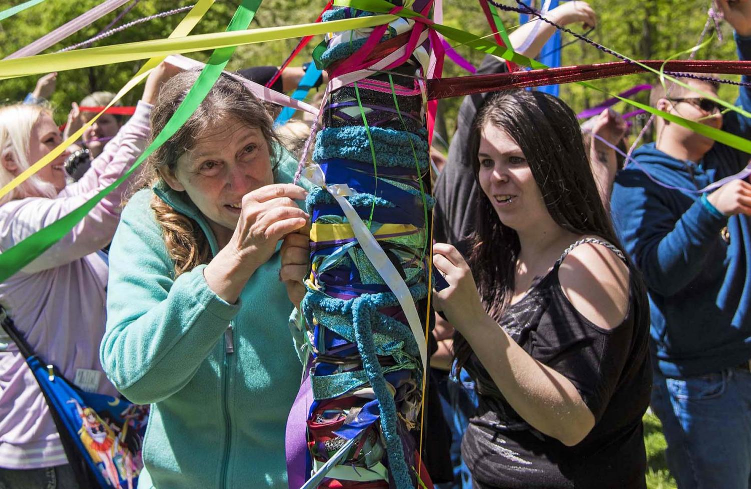 Everyone+gathers+around+the+Maypole+to+intertwine+their+ribbon+for+the+annual+SIPA+Beltane+Ritual+at+Giant+City+State+Park+April+28%2C+2019.+