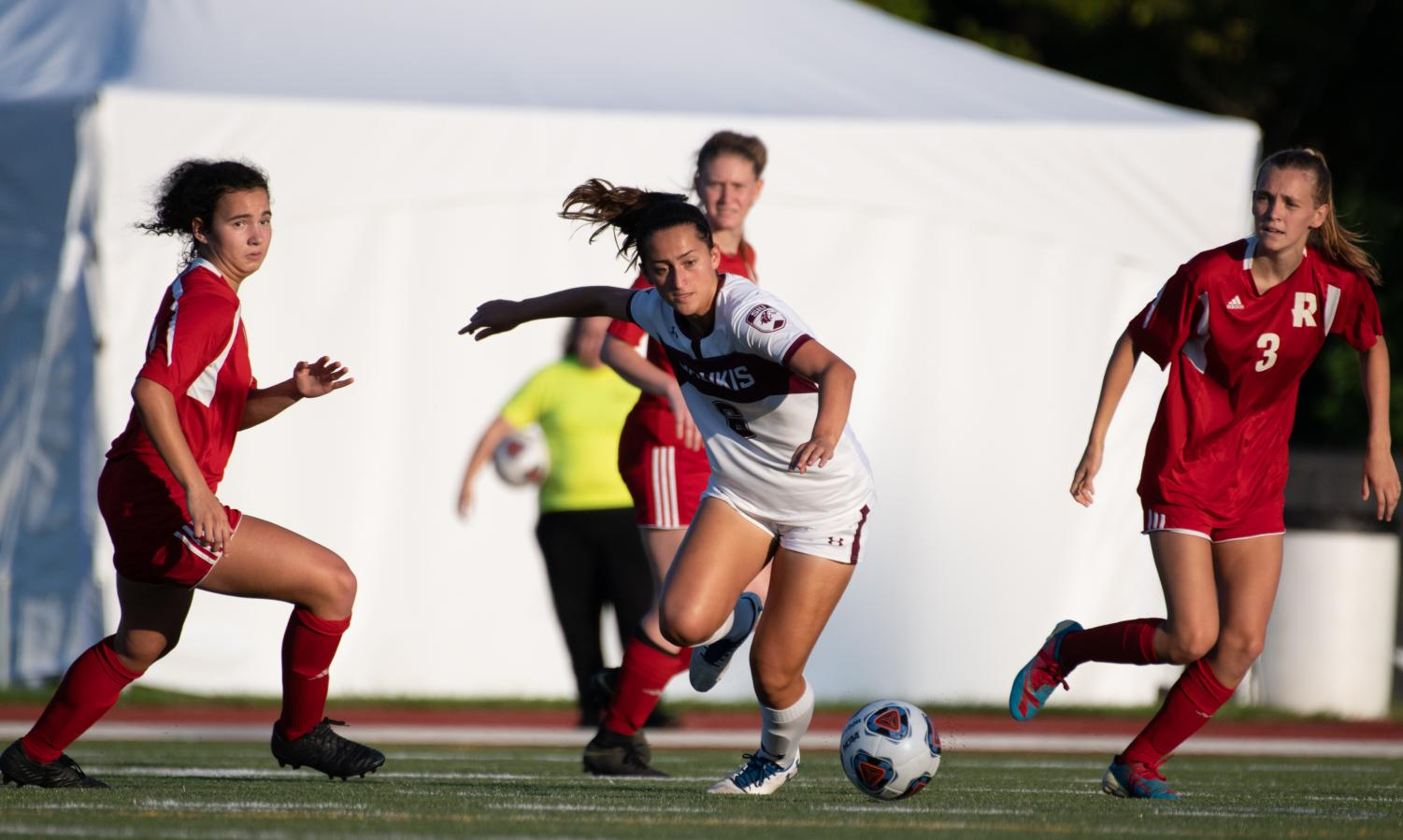 Saluki+sophomore+Kailyn+Stone+takes+the+ball+downfield+on+Tuesday%2C+Aug.+27%2C+2019+during+the+Salukis%27+1-0+win+against+the+Rose-Hulman+Fightin%27+Engineers+at+the+Lew+Hartzog+Track+%26+Field+Complex.