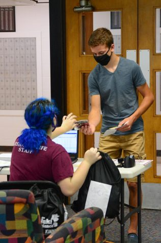 Faith Mooney checks in Jack Gomoll, a freshman at SIU, to his dorm room on August 13, 2020, in Carbondale, ILL.   Ana Jacome // @aluizaphotography