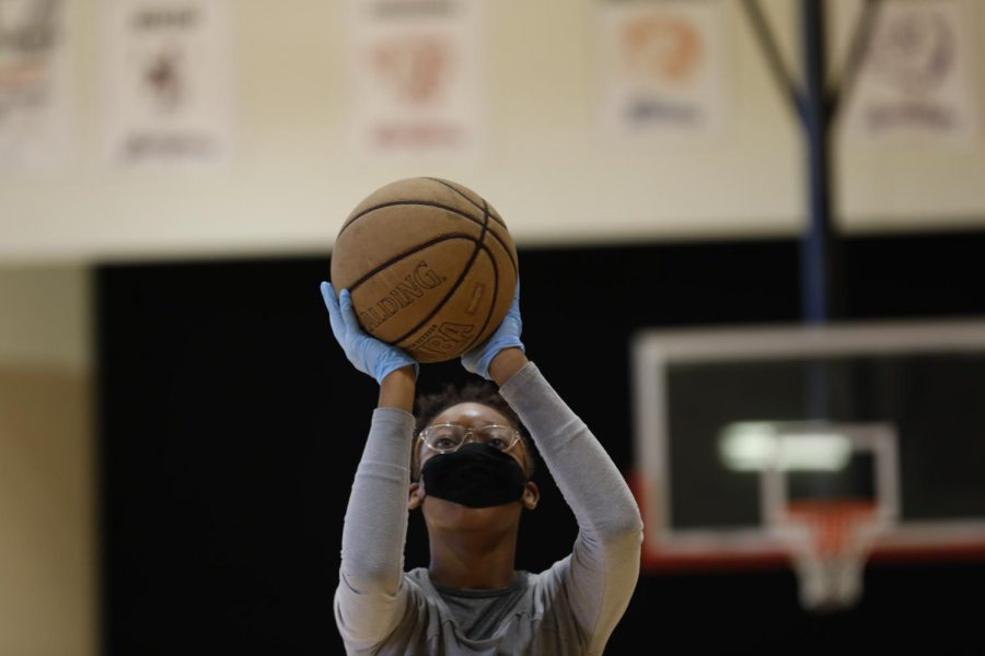 Carbondale Middle School student Neviah L. plays basketball during P.E. class, Carbondale, IL, Friday, November 13, 2020.
